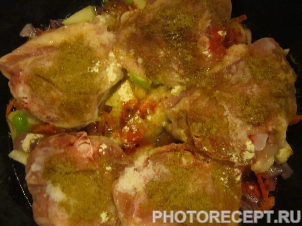 Фото рецепта - Куриные бёдрышки с рисом, грушей и яблоком - шаг 4