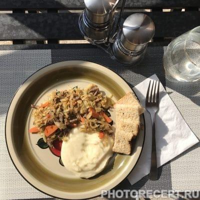 Толченая картошка и тушеная капуста с говядиной - рецепт с фото
