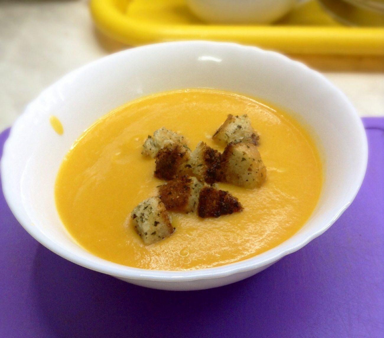 Тыквенный суп с булгуром и чесночными гренками
