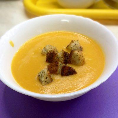 Тыквенный суп с булгуром и чесночными гренками - рецепт с фото