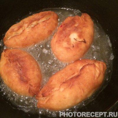 Фото рецепта - Жареные пирожки с картошкой и капустой - шаг 7