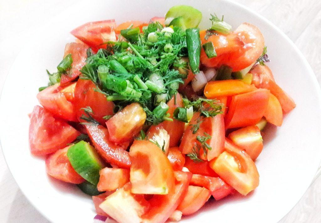 Фото рецепта - Салат из помидоров, огурцов и перца - шаг 5