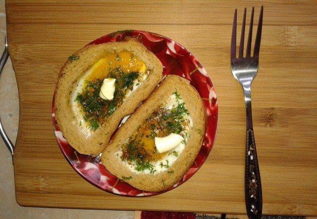 Яичница в кусочках хлеба