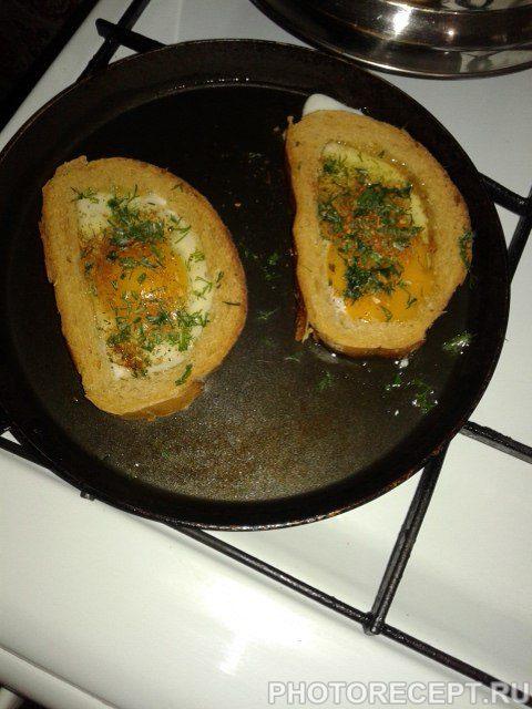 Фото рецепта - Яичница в кусочках хлеба - шаг 6