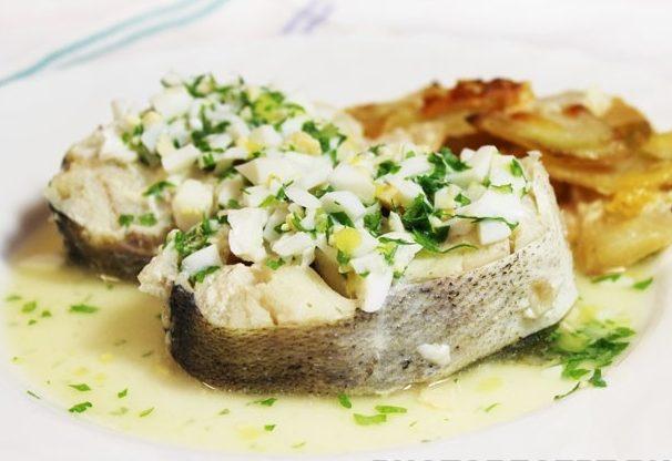 Отварная рыба по-польски