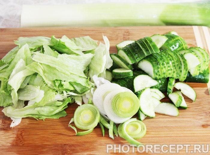 Фото рецепта - Рыбный салат с огурцами и тунцом - шаг 2