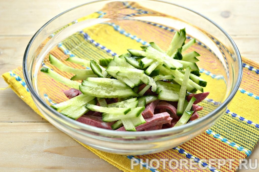 Фото рецепта - Сытный салат с копченой колбасой и сыром - шаг 2