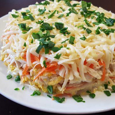 Слоеный салат с курицей и яблоком - рецепт с фото
