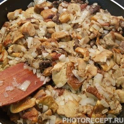 Фото рецепта - Пикантный рис с белыми грибами в сметанном соусе - шаг 3