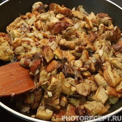 Фото рецепта - Пикантный рис с белыми грибами в сметанном соусе - шаг 4