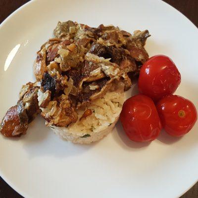 Пикантный рис с белыми грибами в сметанном соусе - рецепт с фото