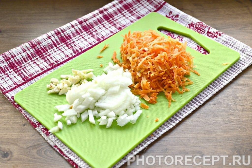 Фото рецепта - Курица, тушеная с грибами на сковороде - шаг 3