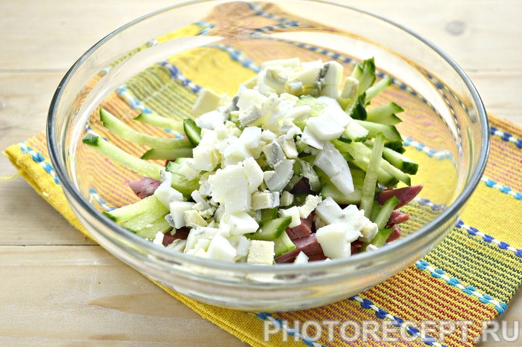 Фото рецепта - Сытный салат с копченой колбасой и сыром - шаг 3