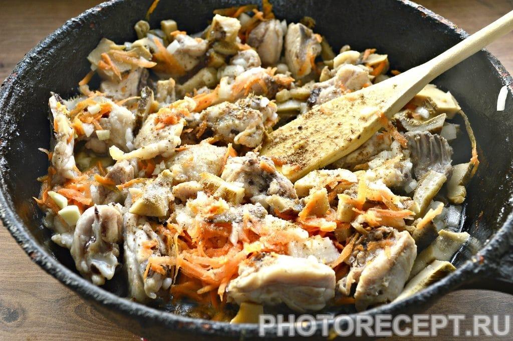 Фото рецепта - Курица, тушеная с грибами на сковороде - шаг 4