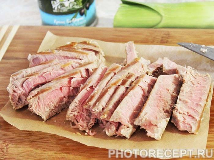 Фото рецепта - Рыбный салат с огурцами и тунцом - шаг 5