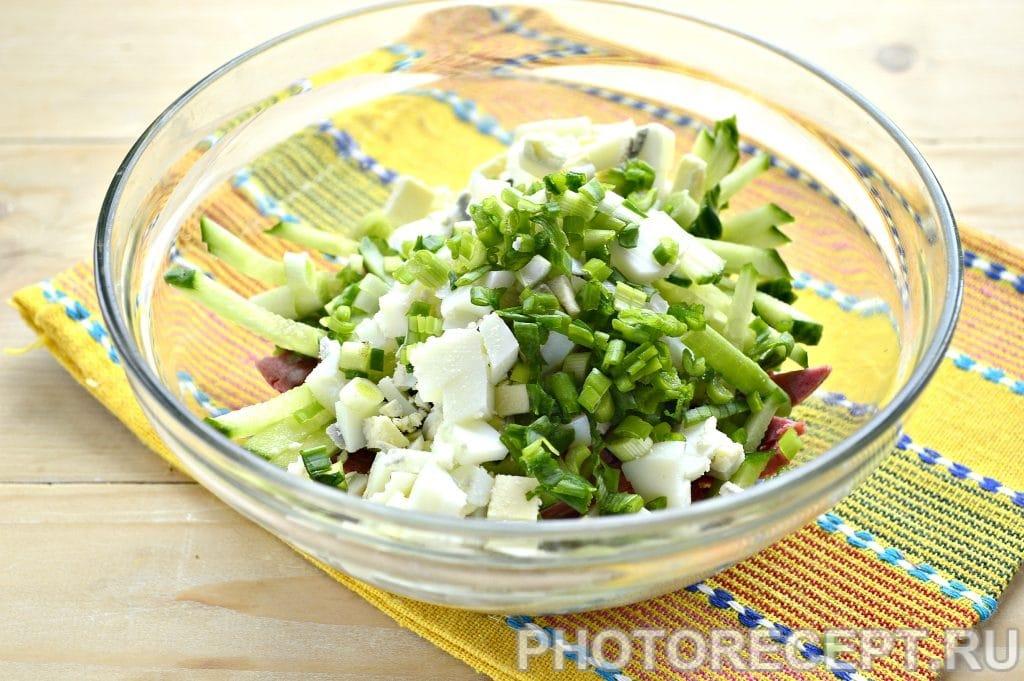 Фото рецепта - Сытный салат с копченой колбасой и сыром - шаг 4