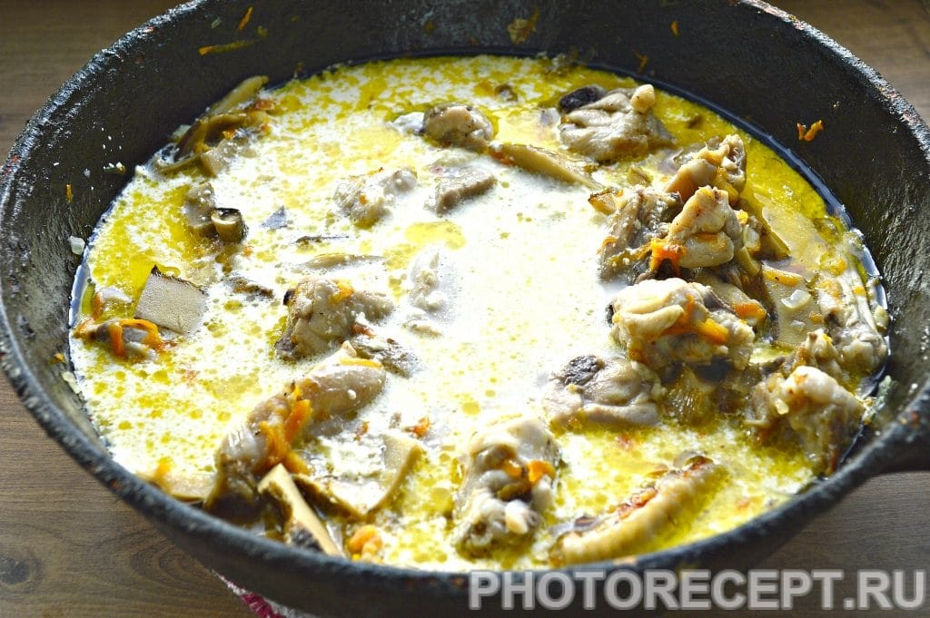 Фото рецепта - Курица, тушеная с грибами на сковороде - шаг 5