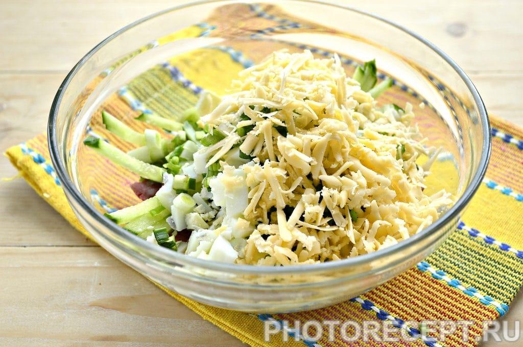 Фото рецепта - Сытный салат с копченой колбасой и сыром - шаг 5