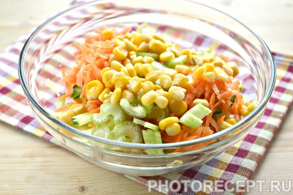 Фото рецепта - Капустный салат с сельдереем и кукурузой - шаг 5
