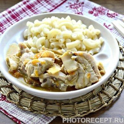 Курица, тушеная с грибами на сковороде - рецепт с фото