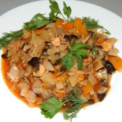 Солянка с грибами и куриной грудкой в мультиварке - рецепт с фото