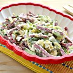 Сытный салат с копченой колбасой и сыром