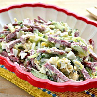 Сытный салат с копченой колбасой и сыром - рецепт с фото
