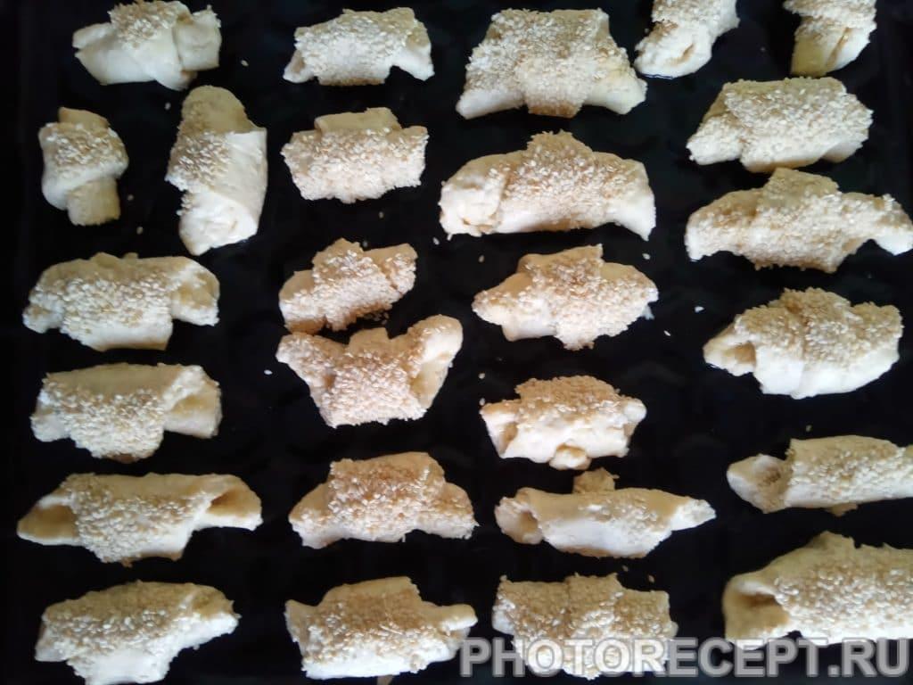 Фото рецепта - Творожные рогалики с кунжутом - шаг 6
