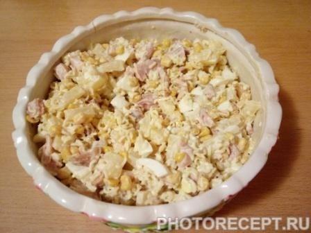 Фото рецепта - Салат с ананасами, копченой курицей и кукурузой - шаг 7