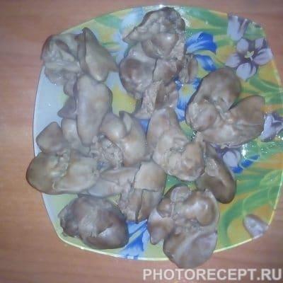 Фото рецепта - Салат с куриной печенью и огурцами - шаг 6