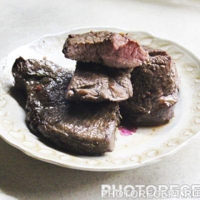 Стейк из говядины в винном маринаде - рецепт с фото