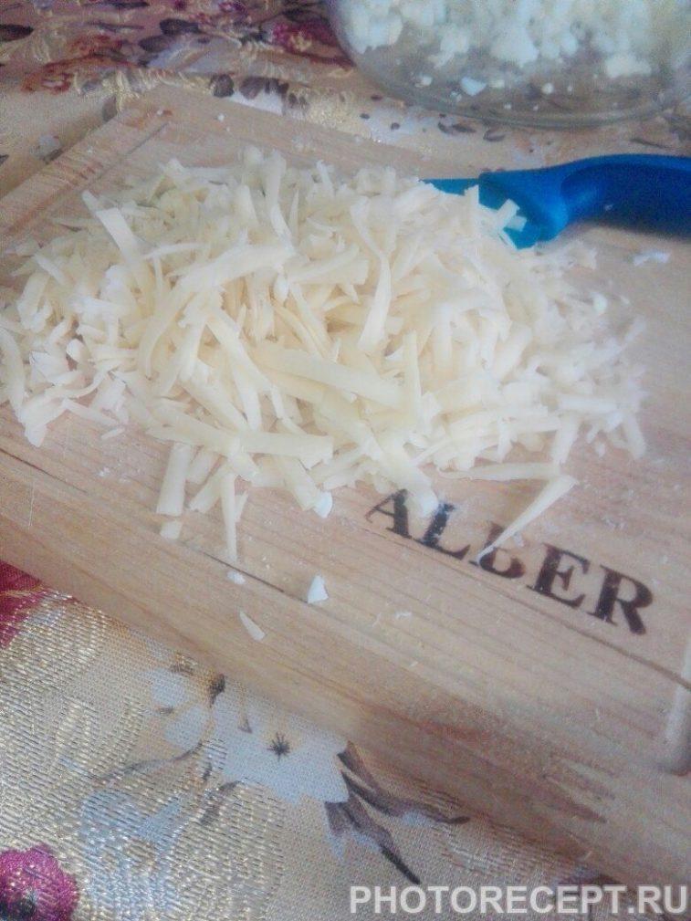 Фото рецепта - Крабовый салат с курицей и чесноком - шаг 3