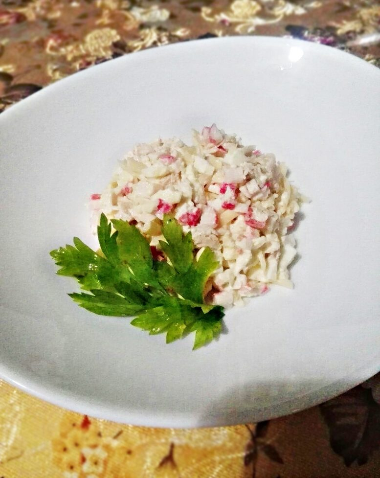 Крабовый салат с курицей и чесноком