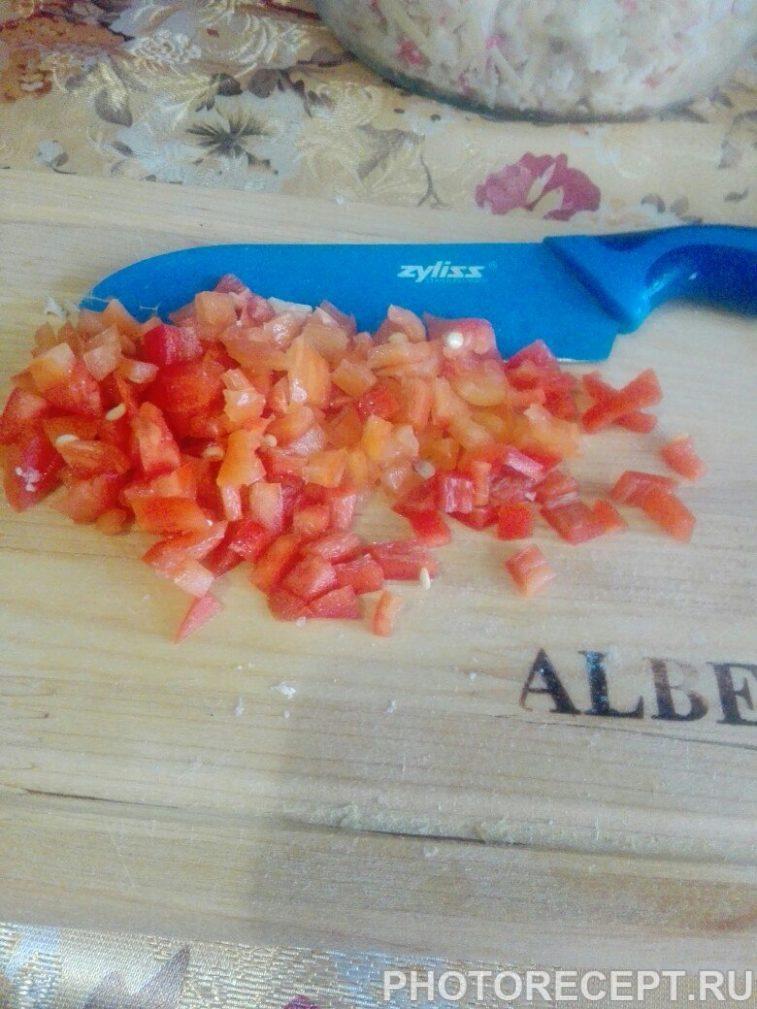 Фото рецепта - Крабовый салат с курицей и чесноком - шаг 4