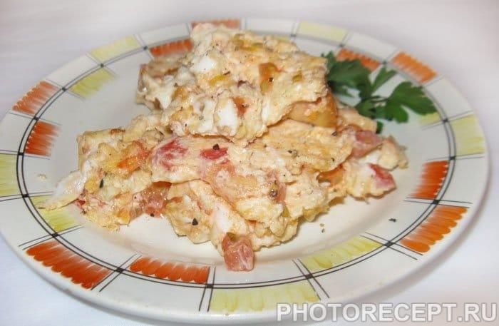 Яичница болтунья с сосисками, помидорами и лучком - рецепт пошаговый с фото