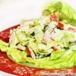 Легкий крабовый салат со свежим огурцом