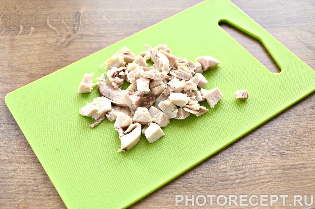 Фото рецепта - Праздничный куриный салат с апельсином и черносливом - шаг 1