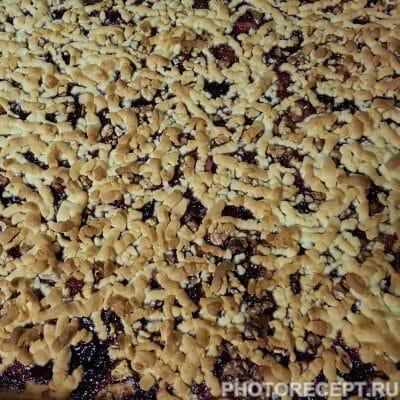 Фото рецепта - Крамбл – тертый пирог со смородиной - шаг 7