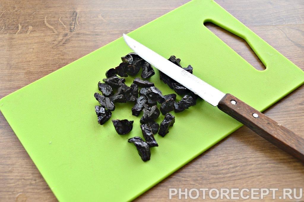 Фото рецепта - Праздничный куриный салат с апельсином и черносливом - шаг 3