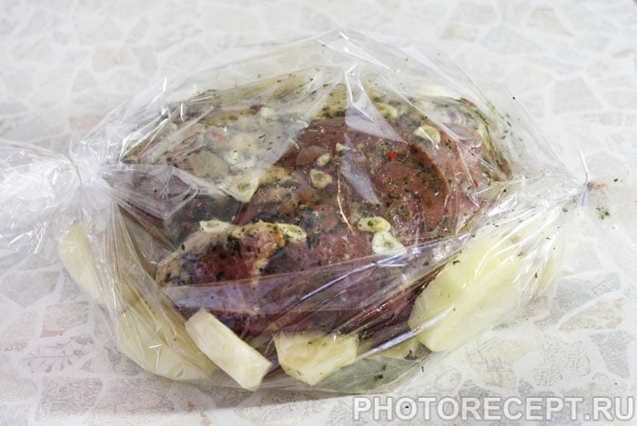 Фото рецепта - Запеченное мясо в рукаве с картофелем - шаг 4