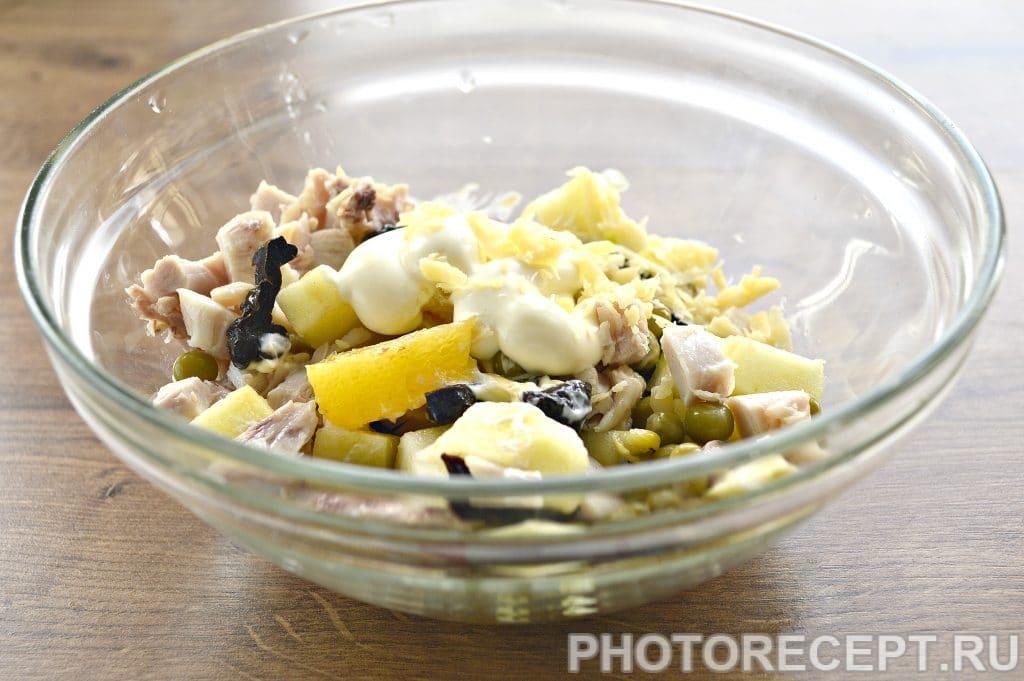 Фото рецепта - Праздничный куриный салат с апельсином и черносливом - шаг 5