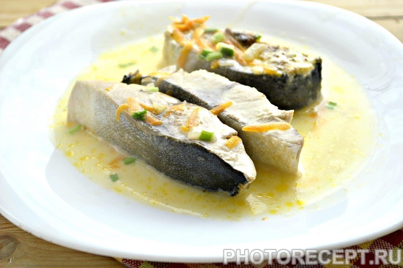 Тушеный тунец с овощами на сковороде