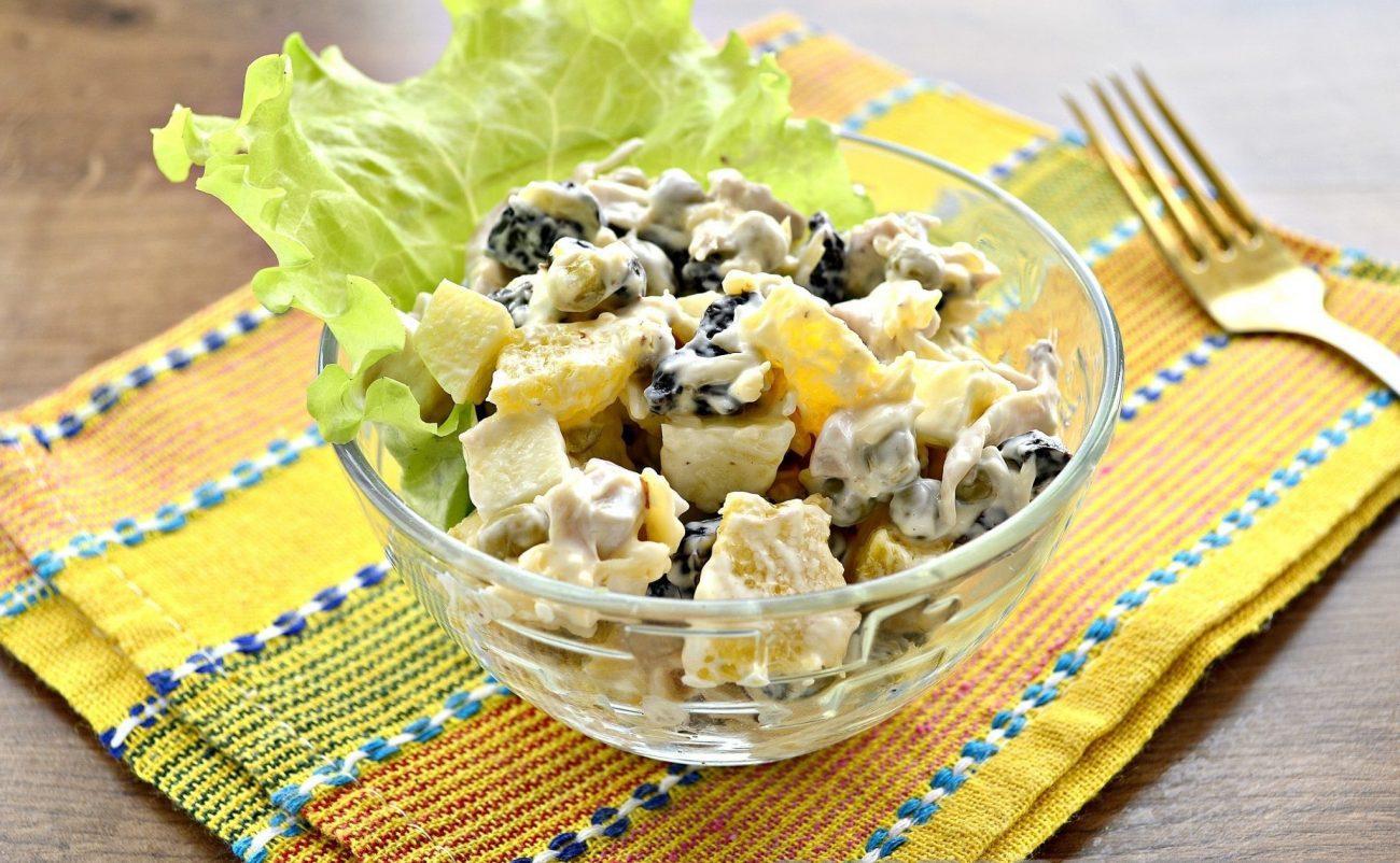 Праздничный куриный салат с апельсином и черносливом