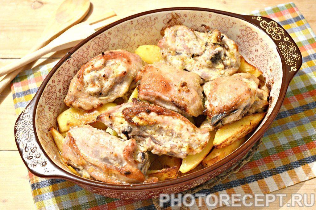 Фото рецепта - Картофель, запеченный с куриными бедрами в духовке - шаг 7