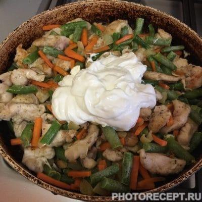 Фото рецепта - Куриное филе со стручковой фасолью в сметанном соусе - шаг 4