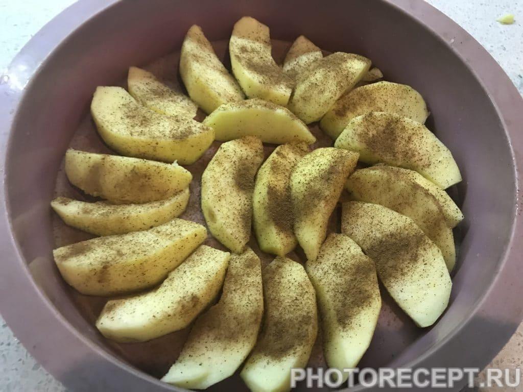 Фото рецепта - Творожная запеканка с бананом и яблоками - шаг 4