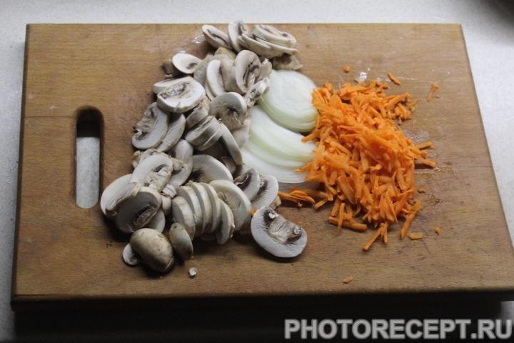 Фото рецепта - Куриные котлеты под грибной сырной шубой - шаг 5