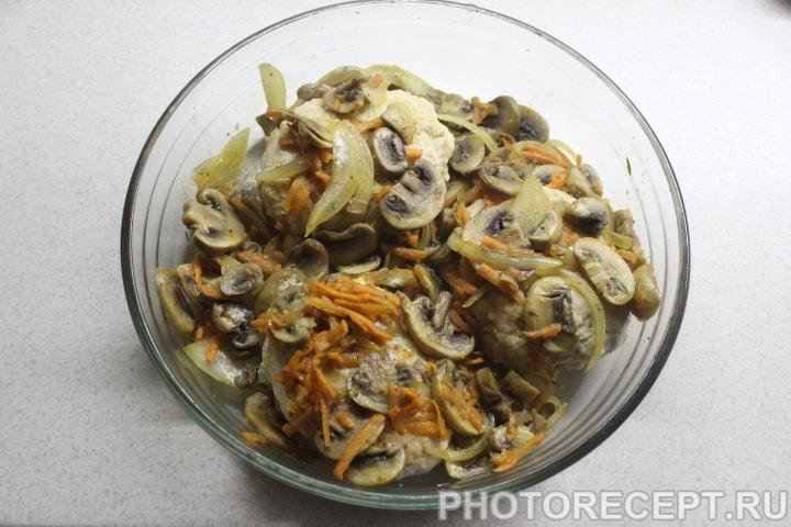 Фото рецепта - Куриные котлеты под грибной сырной шубой - шаг 7