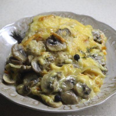 Куриные котлеты под грибной сырной шубой - рецепт с фото