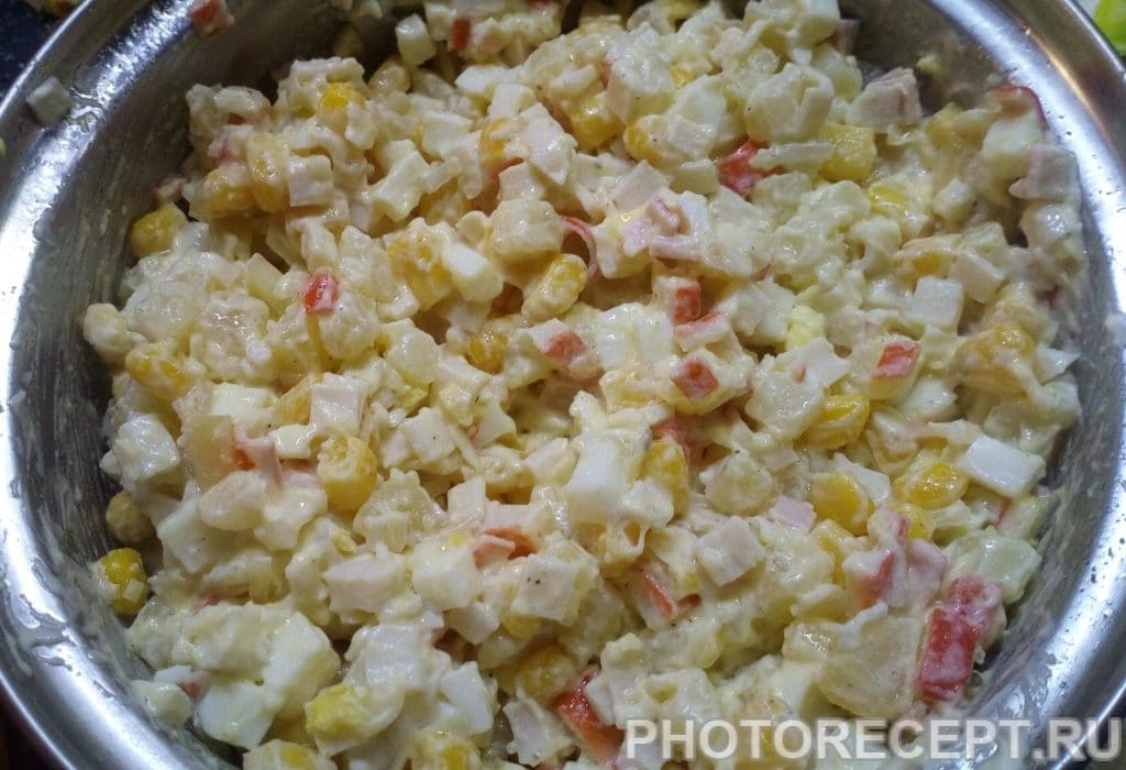 Фото рецепта - Простой крабовый салат с картофелем - шаг 4